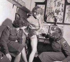 Mujer del Royal Army Corps alardeando de su nuevo tatuaje, 1940.