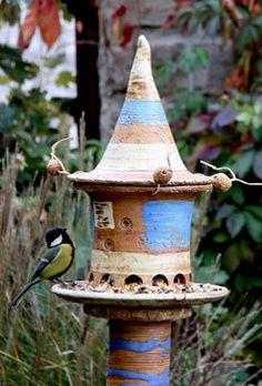 Vogelfutterhaus blau auf Keramikstele mit Meise
