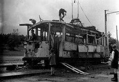Oorlogsschade aan tramrijtuig in Arnhem (1944-1945)