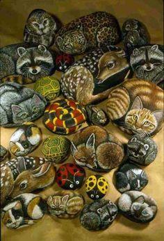 Met een beetje geduld, best te doen. Painted stones with animals, fox, owls, raccoons, lady bugs and more! #stones #paintedstones