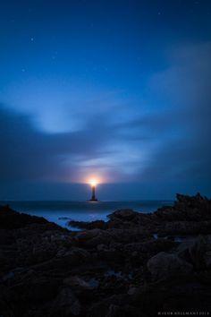 Lighthouse of Goury (Cap de la Hague, France) at the nightfall. Sorry for the noise. Beacon Of Hope, Beacon Of Light, Ocean At Night, Lake Geneva, Sardinia, Milky Way, Moonlight, Sunrise, Tower