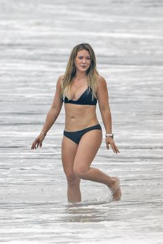 Hilary Duff reveals spectacular body in skimpy black bikini Hilary Duff Bikini, Hilary Duff Legs, Hilary Duff Style, Actrices Sexy, Black Bikini, Hot Bikini, Bikini Beach, Koko Kardashian, Jenifer Aniston