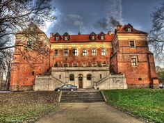 Zamek w Uniejowie wybudowany został w latach 1360–1365 na miejscu starej fortalicji drewnianej, zniszczonej podczas najazdu Krzyżaków na miasto w 1331. Inicjatorem budowy zamku był abp gnieźnieński Jarosław Bogoria Skotnicki, jeden z najbliższych współpracowników króla Kazimierza Wielkiego. Dzisiaj w zamku mieści się hotel wraz z centrum konferencyjnym oraz restauracja. The Beautiful Country, To Go, The Incredibles, House Styles, Europe, Travel, Home, Mansions, Palaces