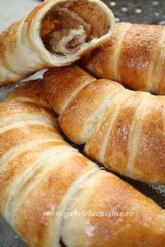 Reteta culinara Croissante cu nuca si scortisoara din categoria Prajituri. Cum sa faci Croissante cu nuca si scortisoara