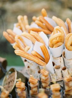 Chocolate con churros, un colofón perfecto para bodas de otoño https://innovias.wordpress.com/2013/09/16/candy-bar-y-recena-salada-de-otono/