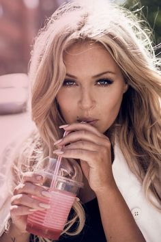 Awesome pink tones editorial with a must have milkshake. Photography by Zanita Malibu Drinks, Babe Cave, Pink Tone, Outfit Of The Day, Cool Hairstyles, Cool Style, Hair Makeup, Hair Beauty, Make Up