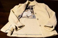 Giacchina sfiancata in lana color burro, internamente rifinita di raso e seta