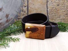 """Dieser Ledergürtel mit Holzschnalle """"Sonne"""" in breiter Version ( 38 mm ) ist ein echtes Highlight.  Mit einzigartiger Schnalle aus Holz und echtem Büffel-Ledergürtel.  Dieses Produkt ist ein handgefertigtes Unikat.  Der Gürtel kann rasch und einfach selbst gekürzt werden. Bundweite = 125 cm.  Versandkostenfrei innerhalb Österreich. Accessories, Sun, Simple, Timber Wood, Jewelry Accessories"""