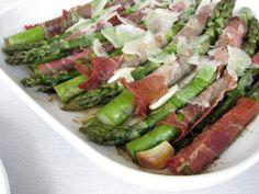 Szparagi w szynce parmeńskiej z parmezanem
