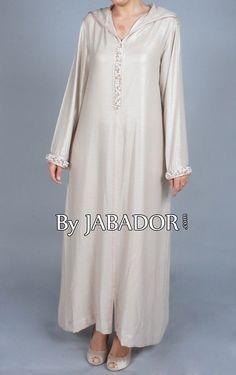 Djellaba perlée réalisée dans un tissu en soie beige, modèle manche longues travaillé avec une sfifa perlé.