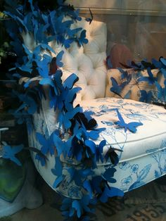 Beautiful blue paper butterflies in this Anthropologie NYC window display.put on fabric panel instead of a chair Design Display, Visual Display, Store Design, Display Ideas, Merchandising Displays, Anthropologie Display, Vitrine Design, Store Window Displays, Retail Displays