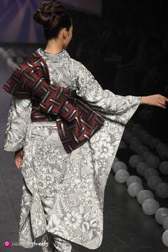 Women kimono fashion: Spring/Summer 2014 Collection ofJapanese fashion brand JOTARO SAITO on October in Tokyo. Japanese Theme, Kimono Chino, Wedding Kimono, Kimono Fabric, Japanese Outfits, Japanese Street Fashion, Yukata, Japan Fashion, Textiles