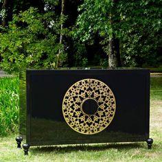 aparador de estilo vintage realizado en maderas lacadas y detalles en color dorado.