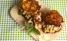 Kürbis-Minz-Doppeldecker mit Kokos-Kichererbsen-Maracuja-Füllung und Erdnuss-Satayspießen
