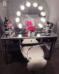 How perfect is @dulcetrocaf's masterpiece? We can stare at this all day! Featuring the Impressions Vanity Sunset with Clear Incandescent Bulbs & Impressions Vanity Mirrored Vanity Table.