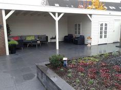 Prachtige veranda met praktisch tuinhuis op maat gemaakt door Jan de Boer Tuinhuizen