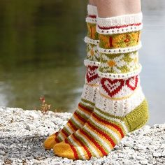 Mikk-L design Strikkeoppskrifter, Garn & Hobby! Fair Isle Knitting, Knitting Socks, Hand Knitting, Crochet Slippers, Knit Crochet, Knitted Heart, Cozy Socks, Sock Shoes, Projects