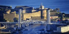 La citadelle de Brest, la plus ancienne et la plus forte de Bretagne, dont on peut voir les bases romaines , le pont levant de Recouvrance et en arrière plan la Rade de Brest