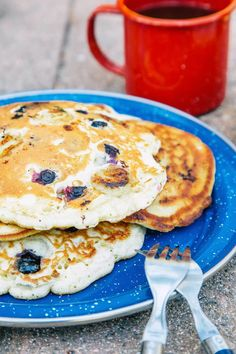 These quick and easy camping breakfast ideas will have you jumping out of your sleeping bag in the morning and ready to start your day. Camping Desserts, Best Camping Meals, Camping Menu, Camping Dishes, Camping Recipes, Grilling Recipes, Camping Foods, Camping Guide, Camping Ideas