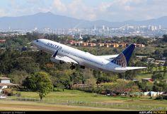 N76528 United Airlines Boeing 737-800