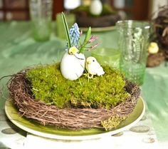 Un centro precioso para una fiesta primavera! Me encanta las florecitas en la cáscara del huevo! / A lovely centerpiece for a spring party! I love the flowers in the eggshell!