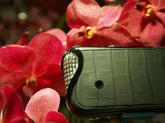 Savelli Jardin Secret collection of luxury smartphones, handcrafted in Switzerland specially for women. Switzerland, Smartphone, Chanel, Shoulder Bag, Jewels, Luxury, Crafts, Bags, Collection