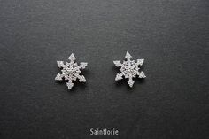 This beautiful snowflake earring is made of 0.3 carat natural diamonds and solid 14k white gold. Accent diamonds: 0.3 carat Color: G Clarity: VS Please choose the size and desired gold color at checkout. This piece can be custom made with different stones, please convo me for detail.