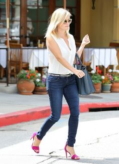 Reese Witherspoon Photos - Reese Witherspoon leaves the nail salon and heads home after getting a mani/pedi on August 2013 in Brentwood, California. - Reese Witherspoon Leaves the Nail Salon Pink Heels Outfit, Hot Pink Heels, Heels Outfits, Mom Outfits, Casual Outfits, Fashion Outfits, Everyday Outfits, Reese Witherspoon Style, Preppy Style