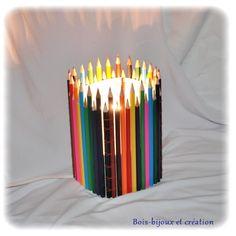 Lampe composée de crayons de couleur collés sur du papier polyphane.    http://bois-bijouxetcreation.wifeo.com/achat-lampe-deco-crayons-de-couleur--326774.html