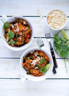 One Pot Tandoori Quinoa | Ingredienser 2,5 dl quinoa 6 dl. grøntsagsbouillon 1 stort løg, i halve skiver 2 røde peberfrugter, i stimler 3 små søde kartofler, i tern 200 g frisk spinat ( frossen kan også bruges ) 2 fed hvidløg, fint revet 1 spsk. tikka curry paste* 1 tsk. stødt spidskommen salt og peber kokosolie til stegning