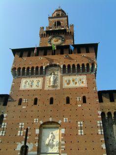 De bovenkant van de toegangspoort toren. Deze is ontworpen door dezelfde persoon die de toren van een of ander gebouw in firenze had ontworpen honderden jaren terug maar deze was kapot geschoten ofzoiets en hebben ze dezelfde op dit kasteel gebouwd.