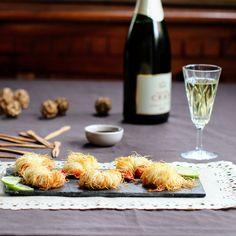 #Recette de #gambas en pâte de #kadaïf très facile. Réveillez les saveurs de cette bouchée apéritive en ouvrant un vin blanc du Val de #Loire équilibré au bouquet délicatement parfumé ou une fine #bulle de Loire fraîche et élégante.  Vins recommandés : #vouvray demi-sec – #crémant-de-loire - #touraine-chenonceaux blanc