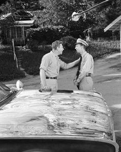 Andy Griffith & Don Knott. Sheriff Andy and Barney Fife of the Andy Griffith show 60s Sitcoms, Barney Fife, Don Knotts, Father Knows Best, The Andy Griffith Show, Good Old Times, Old Shows, Great Tv Shows, Scene Photo