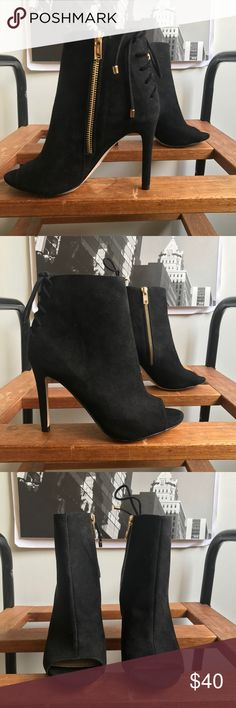 🙌🏾Brand New Aldo Ankle Booties #0208AO Brand new faux leather open toe ankle bootie with lace up detail on the back of the ankle. Also notice the bright gold zipper on the sides. A must have style for everyone women's wardrobe. #classic #women #black #aldo #size5 #size35 Aldo Shoes Ankle Boots & Booties