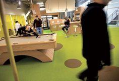 Una de las salas de las oficinas de Google. Es bien conocido que sus oficinas al rededor del mundo son creativas y cuentan grandes espacios recreativos para sus empleados.