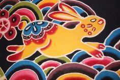 沖縄県浦添市(うらそえし)にある、城紅型染工房(ぐすくびんがた)は、SHOKOさんとEYELANDさんのうちなーんちゅ姉妹がデザインする紅型アイテムが揃う、創業44年目を迎える老舗の工房兼ショップ。