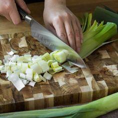 Cremige Kartoffelsuppe ohne Milch und Sahne? Na klar! Lauch, Kräuter undCroûtons sorgen für's Aroma, die Sämigkeit übernehmen die Kartoffeln persönlich.