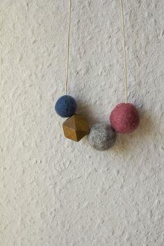 Ketten mittellang - Kette mit geometrischer Holzperle und Filzkugeln - ein Designerstück von Wucholtzky bei DaWanda