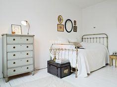 suelo blanco muebles vintage muebles reciclados mini piso dos habitaciones estudio en suecia estilo nórdico estilo escandinavo decoración femenina decoración escandinava decoración en blanco cómoda antigua restaurada en blanco cocina rústica cocina retro cocina blanca cama forja baldas