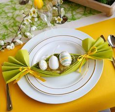 Easter napkin decoration ideas are amazing artworks that create stunning Easter centerpieces and individual table decorations for all quests. Paper Napkin Folding, Paper Napkins, Easter Gift, Easter Crafts, Easter Table Decorations, Wedding Napkins, Deco Table, Easter Baskets, Easter Eggs