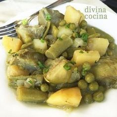 A este guiso andaluz de alcachofas con patatas y guisantes se le puede añadir también una zanahoria troceada o sustituir los guisantes por judías verdes.