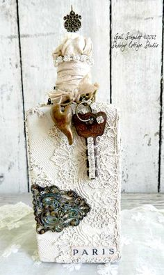 key and heart bottle ((altered-bottles-and-glass)) Wine Bottle Art, Bottle Box, Diy Bottle, Bottle Vase, Wine Bottle Crafts, Jar Crafts, Bottle Lamps, Altered Bottles, Antique Bottles