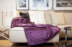Ein Farbhighlight der besonderen Klasse bringt diese Decke. Kombiniert mit der Farbe beige schafft dies eine einzigartige Atmosphäre.  Fotocredits: FINE Bean Bag Chair, Blanket, Bed, Furniture, Home Decor, Ceilings, Colors, Homes, Decoration Home