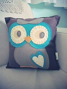 Me want!!! Felt owl cushion ... so cute! ♥