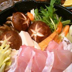 昨夜はバテ気味のアヒルさんに高島屋さんのお惣菜をプレゼントしたら、今宵はアヒル女将がバテバテのパパにクエ(天満屋さんで半額ゲット)鍋を作ってくれました~(^^)人。黄ニラを添えて、ベリーナイス☆彡 越後の銘酒「八海山」が有り難い。 Thanks! Ahiru-san!! - 15件のもぐもぐ - 天然クエ鍋、黄ニラを添え by SunVerdir