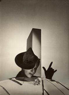 Lisa Fonssagrives.  Photo by Irving Penn, 1940s.