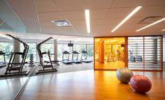 Evolo2 - Salle d'exercices bien équipée Condominium, Montreal, Basketball Court, Contemporary, Exercises, Room