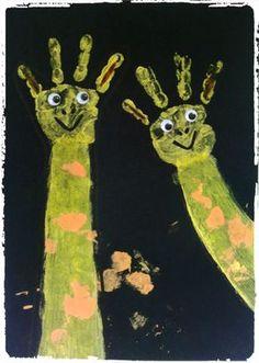 bricolage afrique, savane, girafe, empreintes de mains, animaux, enfants African Masks, African Art, Le Zoo, African Crafts, African Animals, Spring Crafts, Activities For Kids, Arts And Crafts, Kids Crafts