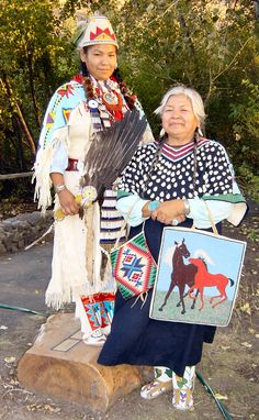Beautiful bags, mom and daughter, Warm Springs, Oregon - Confederated Tribes (Photo: Anne Morin)