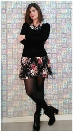 Vestido floral, com malha preta e bota preta cano curto. Para passear em um dia frio!